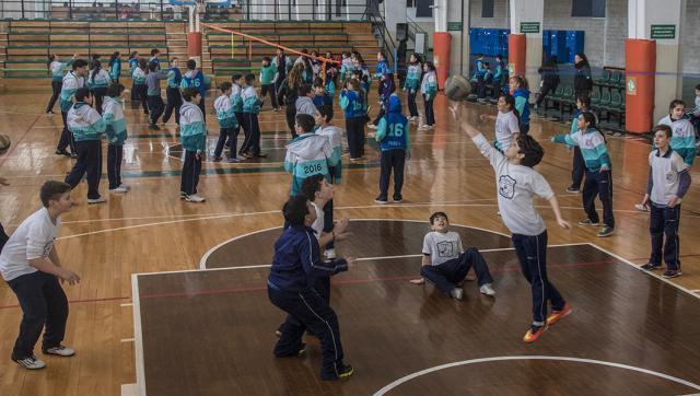 Alumnos de escuelas primarias jugaron al voley en la UNLaM