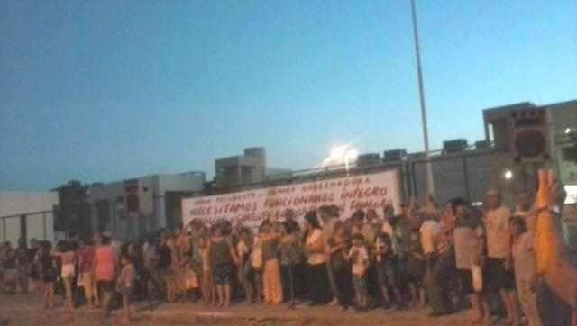 Vecinos realizaron un abrazo simbólico para defender el Hospital Favaloro