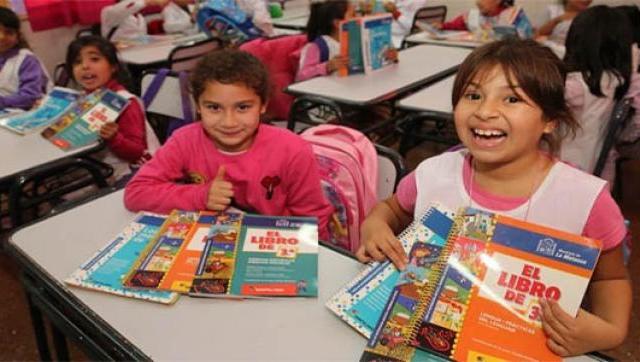 Se entregan libros en las escuelas