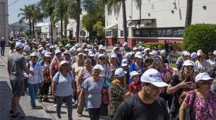 Los adultos mayores cerraron el año de actividades con una caminata por la Universidad