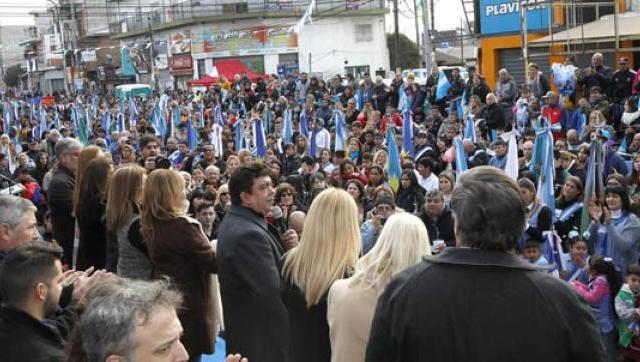 Se realizo el desfile del 9 de Julio en Gregorio de Laferrere